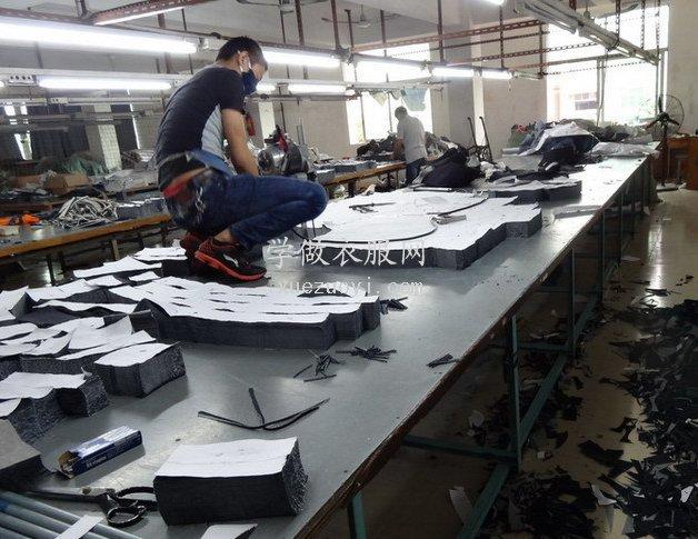服装工厂是怎样用电剪刀在裁床上批量裁切布料的?