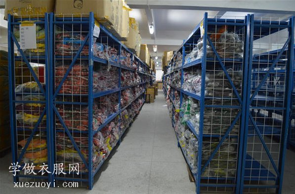 服装工厂的缝纫车间,尾部工作情况和面辅料仓库