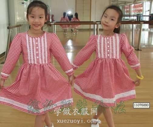 双胞胎女儿的连衣裙子秀