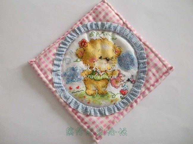十字绣结合拼布布艺装饰的杯垫